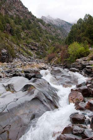 kyrgyzstan: Río Dugoba en Kirguistán Foto de archivo