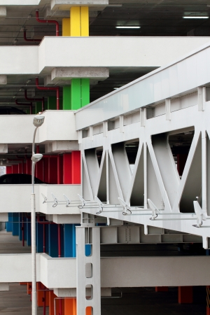 multilevel: Moderno ponte di metallo per spostare il Multi-level parco auto Archivio Fotografico