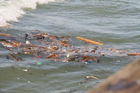 contaminacion ambiental: Los residuos de los conceptos de contaminaci�n del Mar del Medio Ambiente Foto de archivo