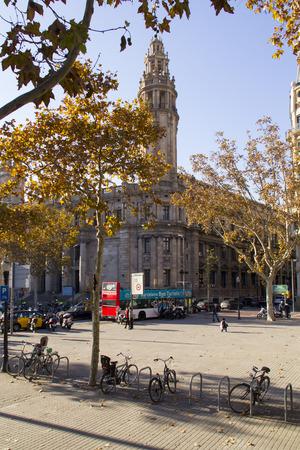 gotico: BARCELONA, CATALU�A - 09 de diciembre la gente que recorre en el Barrio G�tico, en Dcember 9, 2013 en Barcelona, ??Catalu�a es el centro de la antigua ciudad de centro de la vida tur�stica de Barcelona Editorial