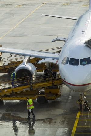 aviones pasajeros: Mantenimiento de aeronaves de pasajeros antes del vuelo en el aeropuerto.