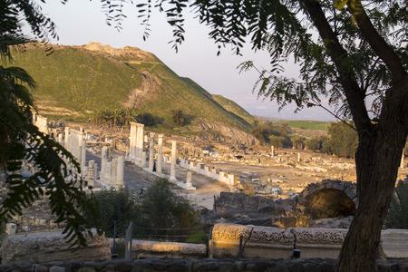 templo romano: Pilares antiguos del templo romano en ruinas en Beit Shean (Escitópolis), Israel.