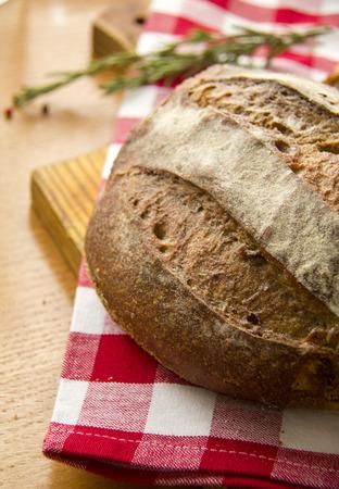 servilleta de papel: Freash pan de tradici�n pan en la mesa de la cocina con rojo servilleta Foto de archivo