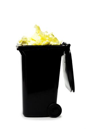 garbage bin: cubo de basura que desborda aislado en blanco