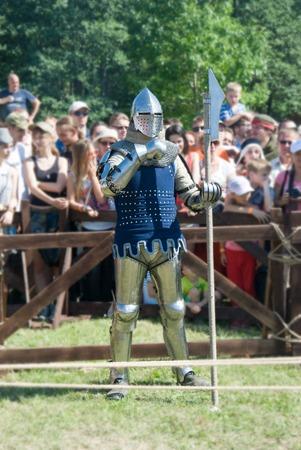 vestidos de epoca: Minsk, Bielorrusia - 25 de julio, 2015: restauración histórica de luchas caballerescas de Batalla de Grunwald