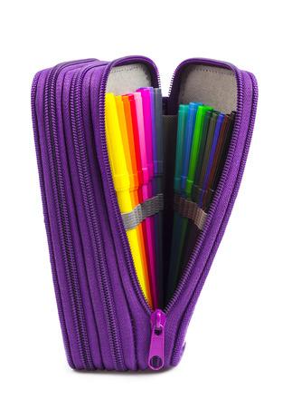 Öffnen Sie Bleistift-Box mit Buntstiften isoliert auf weiß