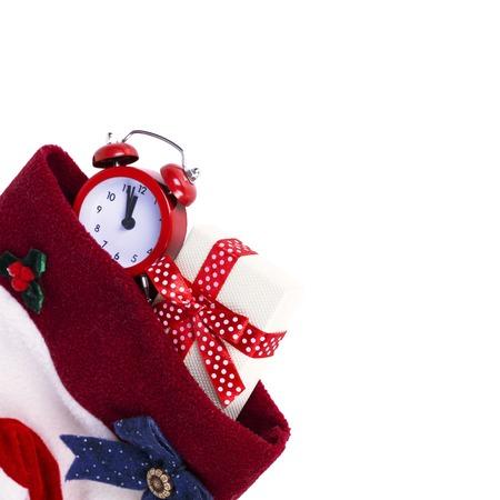 moños de navidad: la media de arranque de Navidad con el regalo y alarma aislado en el fondo blanco