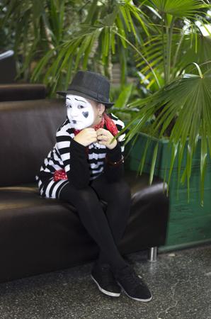 mimo: Muchacha bonita en la forma del actor mimo Foto de archivo