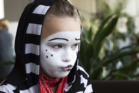 Droevig Meisje in de vorm van mime acteur