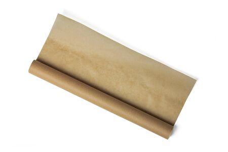 Rolka papieru do pieczenia na białym tle. Brązowy pergamin w rolce. Rolka papieru do pieczenia