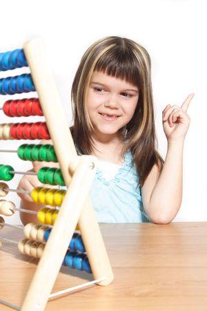 abacus: Dziewczynka młodych nauki Ceri za pomocą przesuwanego regułę. Wszystkie izolowane na białym tle. Zdjęcie Seryjne