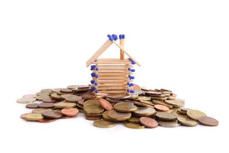tinkered: Un pie de casa concebido en un un mont�n de dinero en efectivo. Todos aislados sobre fondo blanco. Foto de archivo