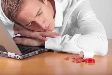 amphetamine: Un empleado sobreexcitado tomar una siesta en su lugar de trabajo despu�s de tomar algunas p�ldoras.