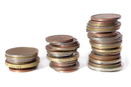 remuneraci�n: Tres montones de monedas en ascendente posiciones. Todos aislados sobre fondo blanco.