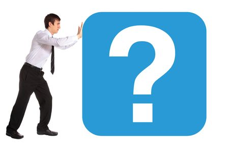 hombre empujando: Un hombre de negocios de j�venes empujando un enorme signo de interrogaci�n. Todos aislados sobre fondo blanco.