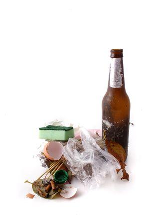 separacion de basura: Un sucio mont�n de basura situada en frente de fondo blanco. Foto de archivo