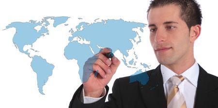 拡大: ハンサムな実業家は、グローバル市場拡大の概念を提示します。すべてのホワイト バック グラウンドです。