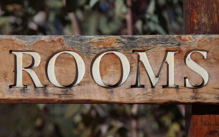 The term rooms on rustic wooden sign Zdjęcie Seryjne