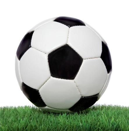 ボール: 緑の芝生の上にサッカー ボール。すべてのホワイト バック グラウンド。