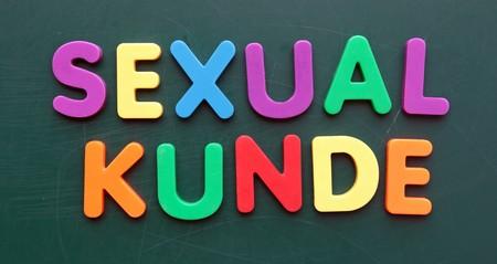 educacion sexual: El t�rmino alem�n de educaci�n sexual en letras coloridas en una pizarra.