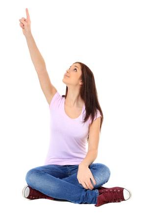 ragazza che indica: Attraente ragazza adolescente che punta con il dito. Tutto su sfondo bianco.
