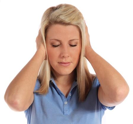 dolor de oido: Una mujer joven atractiva que sufren de ac�fenos. Todo sobre fondo blanco.  Foto de archivo