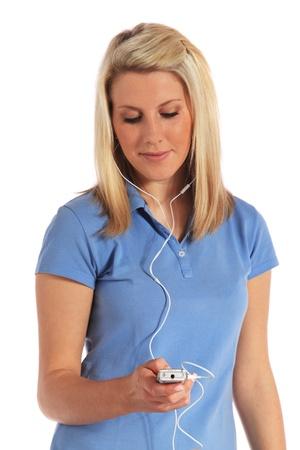 dolor de oido: Atractiva joven tiene dolor de o�do de escuchar m�sica a alto volumen a trav�s de auriculares. Todo sobre fondo blanco.