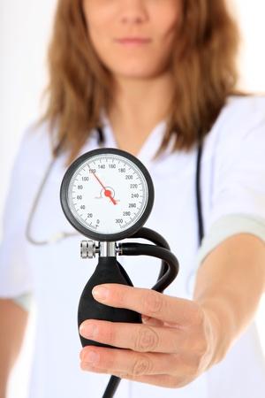 hipertension: Doctora competente. Todo sobre fondo blanco.  Foto de archivo