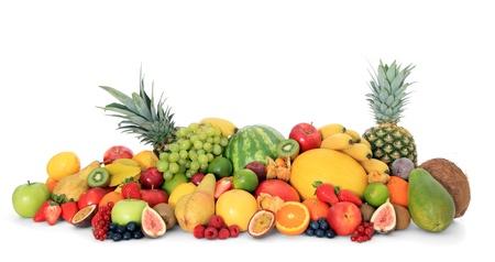 vitamina: Pila de diversas frutas maduras sobre fondo blanco