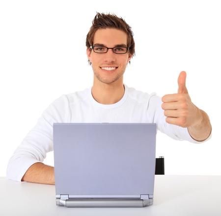 hombre estudiando: Chico joven sonriente con equipo port�til. Todo sobre fondo blanco.