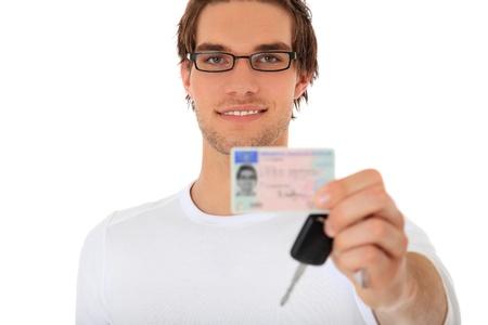 Jeune femme présentant son permis de conduire. Tout sur fond blanc.