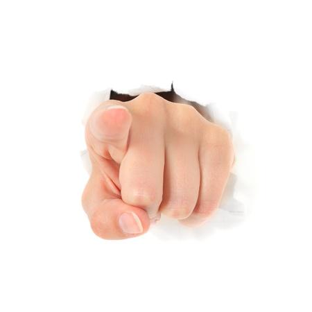 Hand wijst met vinger uit gescheurd gat in witte muur. Alle op een witte achtergrond.