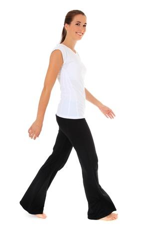 caminando: Atractiva joven caminando en ropa deportiva. Todo sobre fondo blanco.