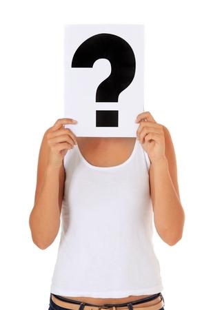 Aantrekkelijke jonge vrouw met een bordje met een vraagteken op een witte achtergrond. Stockfoto