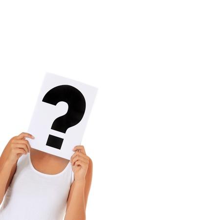 simbolo de la mujer: Mujer joven atractiva con un cartel con el signo de interrogación delante de su cara. Todos los aislados sobre fondo blanco.