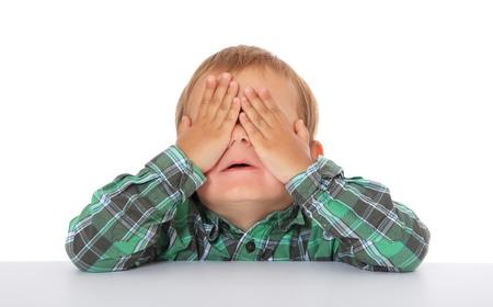 chłopięctwo: SÅ'odkie kaukaski chÅ'opiec ukrywa siÄ™. Wszystko na biaÅ'ym tle.