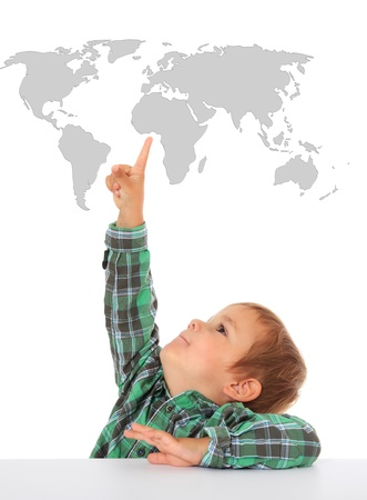 chłopięctwo: Cute Kaukaski chłopiec wskazując na mapie świata. Wszystko na białym tle. Zdjęcie Seryjne