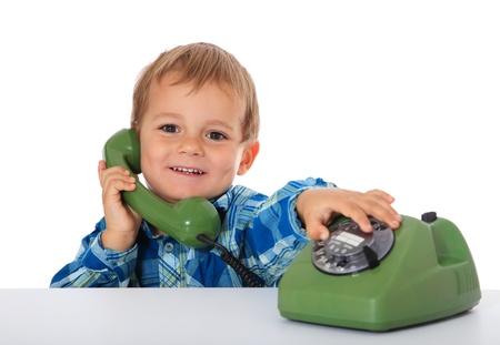 niÑos contentos: Lindo chico caucásica con teléfono. Todos en el fondo blanco.