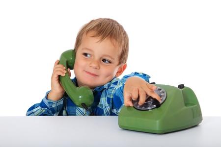 chłopięctwo: SÅ'odkie kaukaski chÅ'opiec używajÄ…c telefonu. Wszystko na biaÅ'ym tle.