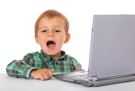 chłopięctwo: Cute Kaukaski Chłopiec za pomocą laptopa. Wszystko na białym tle. Zdjęcie Seryjne