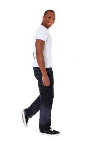 Aantrekkelijke zwarte man lopen. Alle op een witte achtergrond.