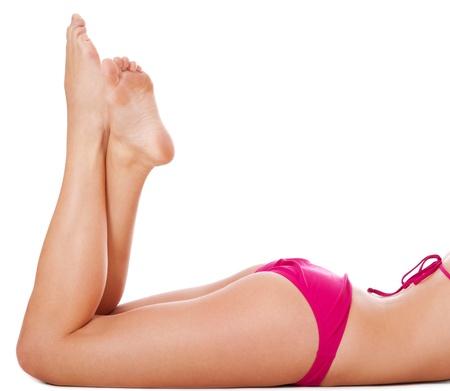 mujer ba�andose: Las piernas de una mujer atractiva en bikini. Aislado sobre fondo blanco.