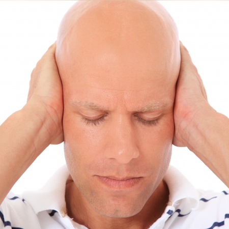 calvicie: Atractivo hombre mantiene cerrada la orejas. Todo sobre fondo blanco.