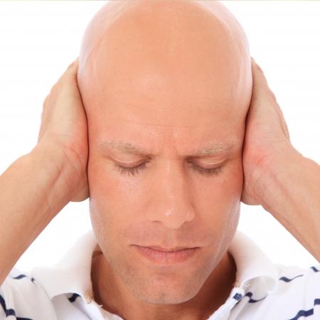 calvitie: Homme s�duisant conserve son arr�t les oreilles. Tout sur fond blanc.