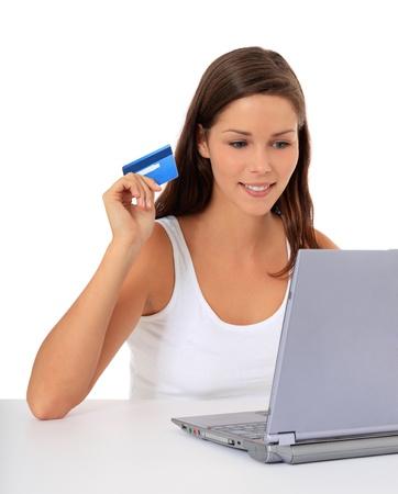 Aantrekkelijke vrouw het bestellen van dingen op het internet. Alle op een witte achtergrond.