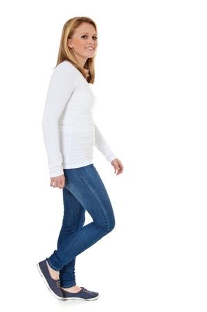 Aantrekkelijke tiener meisje lopen te voet Alle op witte achtergrond