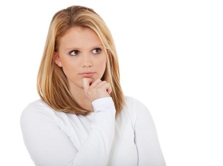 Aantrekkelijk tienermeisje beraadslaagt een beslissing Alle op een witte achtergrond