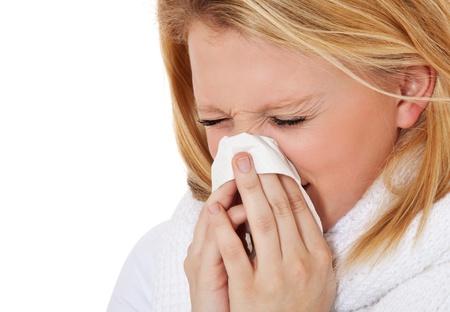 sneezing: Attraente ragazza adolescente utilizzando tessuti Tutto su sfondo bianco