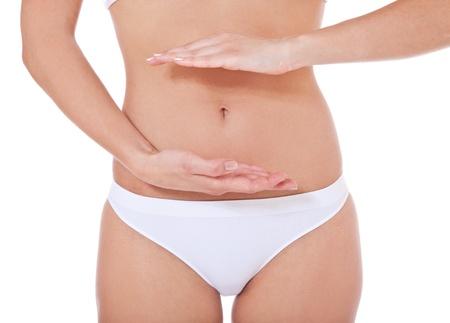 menstruacion: Persona de sexo femenino atractiva enmarcar su vientre Todo sobre fondo blanco Foto de archivo