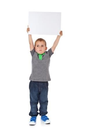 Volledige lengte shot van een schattige kleine jongen met een leeg wit bord Alle geïsoleerd op witte achtergrond